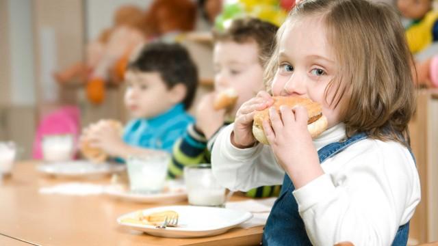 لماذا لا يتناول طفلك الطعام في المدرسة؟