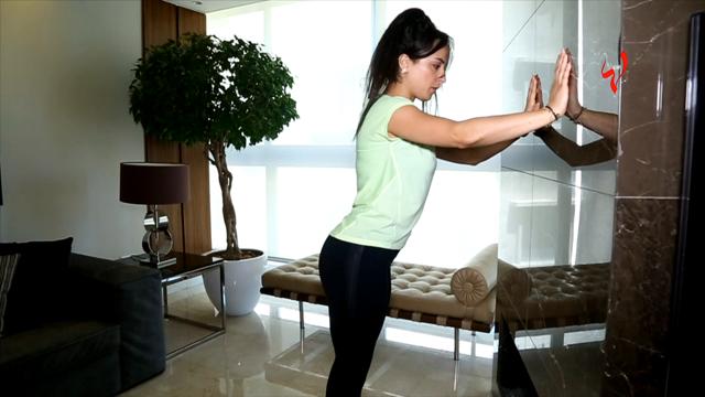 رشاقتك مع زينة-مارسي هذا التمرين السهل في المنزل لأوراك مثالية