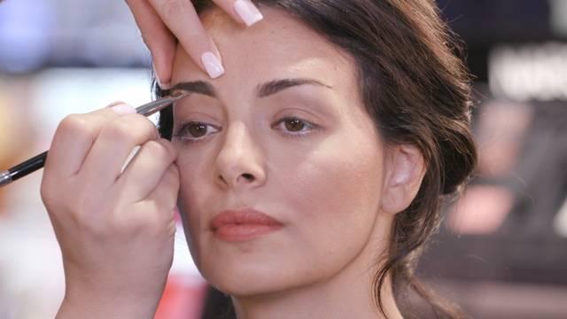 كيف أمنح حاجبيّ الشكل المثالي الذي يلائم وجهي وشكل عينيّ، وأبقيهما مُنسّقين دائماً