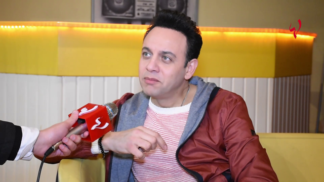 كاميرا لها : مصطفى قمر يكشف حقيقة علاقته مع تامر حسني وماذا قال عن ابنيه والمجاملات