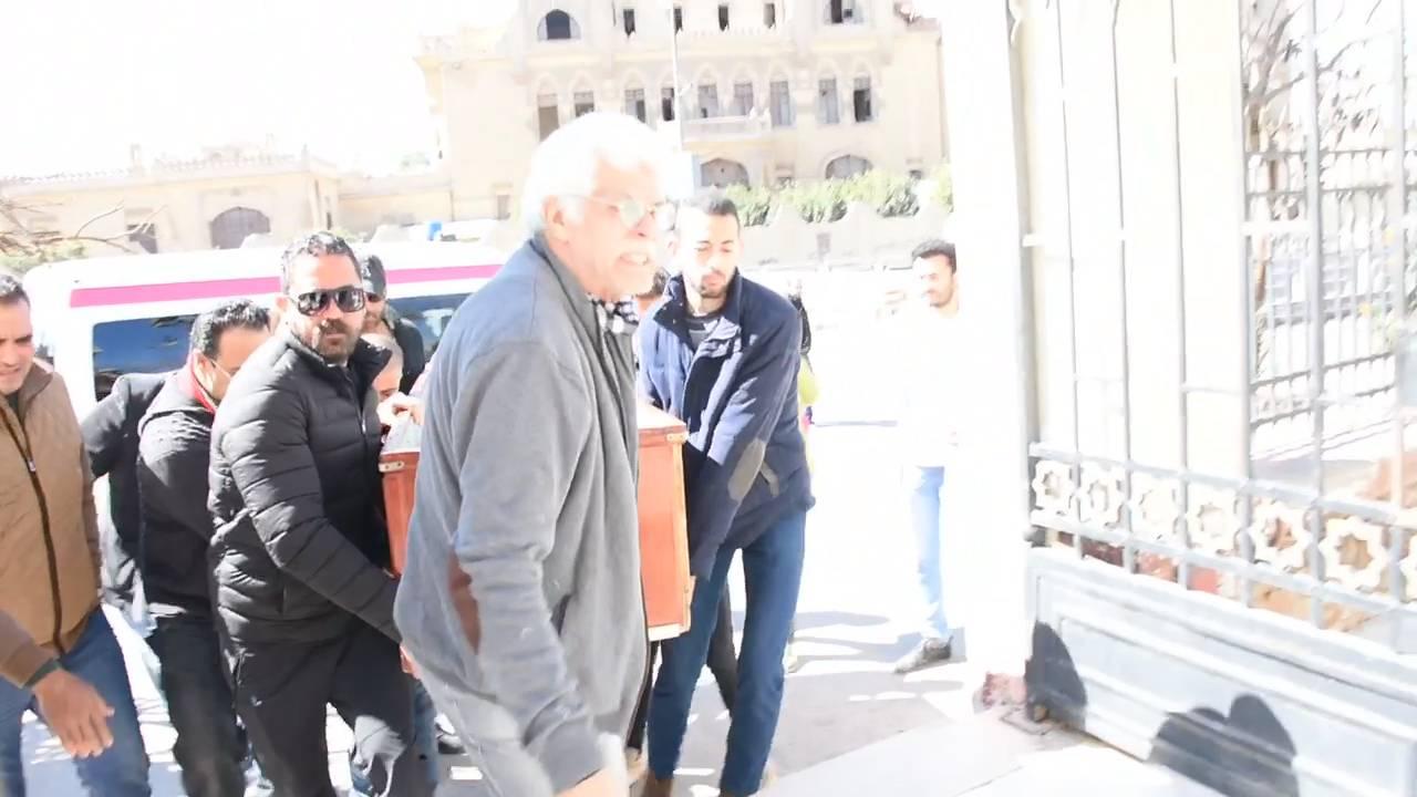 بالفيديو - أمير كرارة يحمل جثمان والده